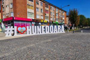 """Hunedoara și Lacul Cinciș: când istoria """"se împletește"""" cu natura. Ce poți vizita și de ce merită să ajungi acolo"""